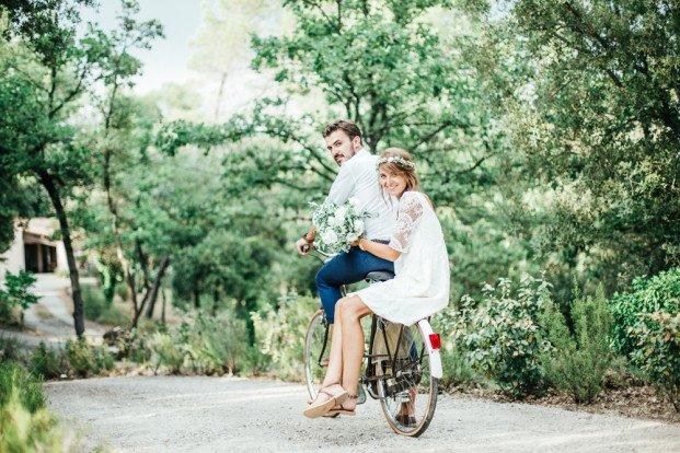 Mariage-champêtre-wedding-planner-décoratrice-77-Paris-région-parisienne-Seine-et-Marne-mariage-simple-et-champêtre-photo de couple-vélo